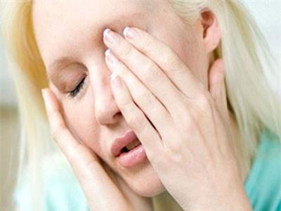 CLIP: Nhìn vào người đau mắt đỏ có bị lây bệnh không?