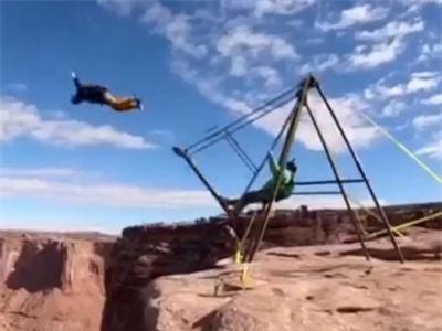 CLIP: Thích thú màn dùng xích đu để nhảy dù trên vách núi cao