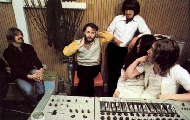 The Beatles và Yoko trong phòng thu âm.