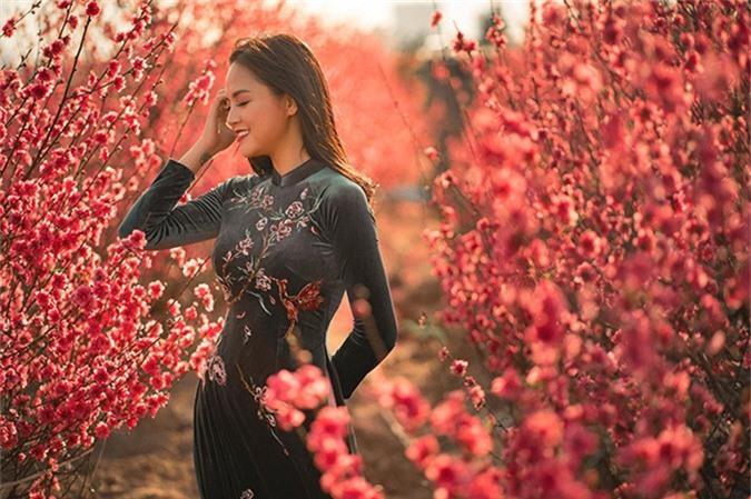 Trái ngược với hình ảnh cá tính, đanh đá của My Sói trong phim truyền hình gây sốt Quỳnh búp bê, Thu Quỳnh trông rất nữ tính với mái tóc dài uốn xoăn nhẹ và tà áo dài thướt tha.