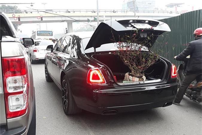 Choáng với phong cách chở đào chơi Tết bằng Rolls-Royce Ghost. Một đại gia Việt chịu chơi đã dùng chiếc Rolls-Royce Ghost phiên bản Black Badge trị giá hơn 40 tỷ đồng để chở đào chơi Tết. (CHI TIẾT)