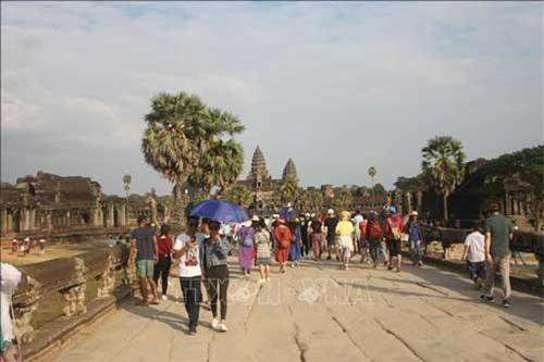 Khách đến tham quan khu di tích đền Angkorwat. (Ảnh: Chanh Đa/TTXVN)
