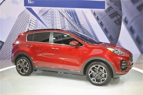 Cận cảnh xe KIA Sportage 2020 vừa trình làng. Bản nâng cấp KIA Sportage 2020 với một số thay đổi nhỏ về thiết kế, nâng cấp tính năng giải trí, công nghệ an toàn vừa được hãng xe Hàn Quốc trình làng tại Triển lãm ô tô Chicago 2019. (CHI TIẾT)