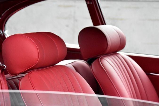 Nội thất màu đỏ Oxblood trên xe Jaguar E-Type 3 2+2