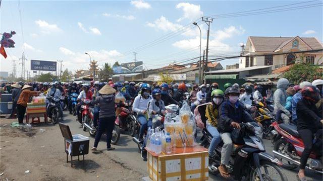 Người dân ùn ùn trở lại Sài Gòn sau Tết, quốc lộ 1 kẹt cứng