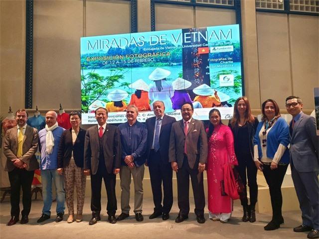 Các đại biểu tham dự triển lãm
