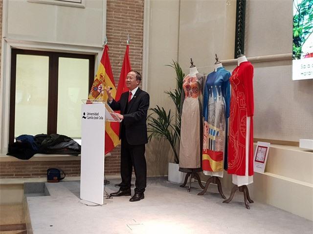 Đại sứ đặc mệnh toàn quyền Việt Nam tại TBN Ngô Tiến Dũng phát biểu tại buổi khai mạc triển lãm.