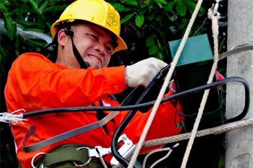 Công nhân điện lực Hà Nội sửa chữa đường dây trước Tết Nguyên đán.
