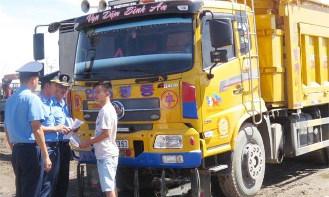 Một tháng, 467 lái xe chở quá tải bị tịch thu bằng