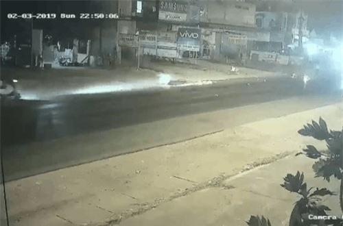 CLIP: Phóng xe với 'tốc độ bàn thờ', thanh niên gây tai nạn liên hoàn