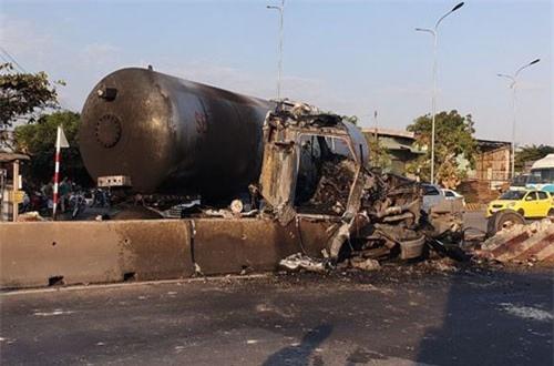 Xe bồn chở 16 tấn gas bốc cháy, người đi đường hoảng sợ bỏ chạy
