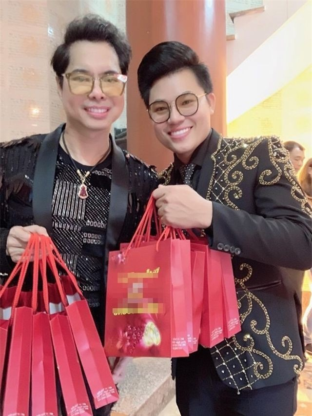 Ngọc Sơn chi trăm triệu cát-xê mua vàng tặng học trò và khán giả ngày Vía Thần Tài