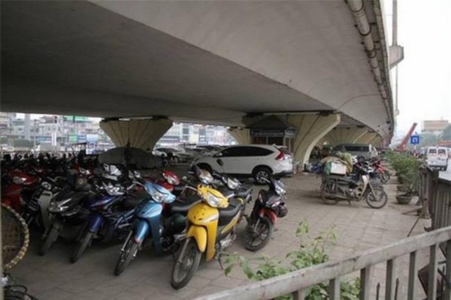 Hà Nội kiến nghị Bộ GTVT được tiếp tục trông giữ xe dưới gầm cầu thêm 5 năm. (Ảnh: Báo An ninh Thủ đô).