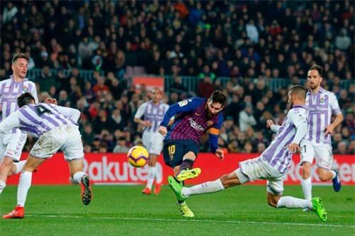 Messi đá hỏng penalty, Barca nhọc nhằn thắng Valladolid