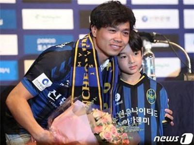Cậu bé Hàn Quốc đẹp như búp bê trong lễ ra mắt của Công Phượng khiến dân mạng săn tìm