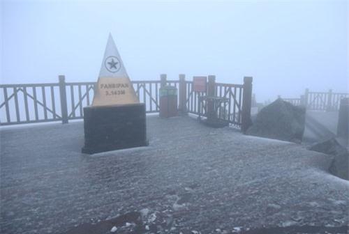 CLIP HOT (18/2): Mưa tuyết rơi trắng xóa trên đỉnh Fansipan, múa cột trên đỉnh tòa nhà 16 tầng
