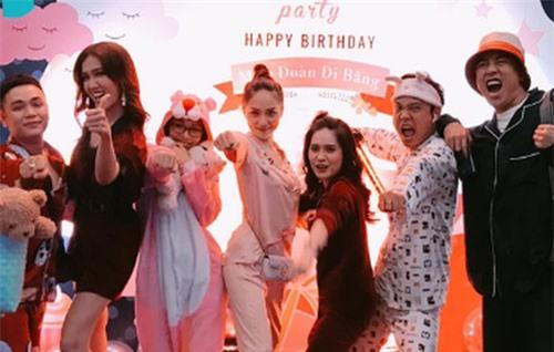 Hương Giang diện Pyjama, quậy hết cỡ trong tiệc sinh nhật bạn thân