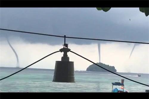Clip: 3 vòi rồng xuất hiện cùng lúc trên vùng biển Thái Lan như phim viễn tưởng