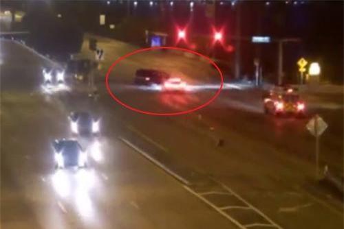 Clip: Vượt đèn đỏ ở vận tốc 206 km/h, ô tô gây hậu quả khủng khiếp