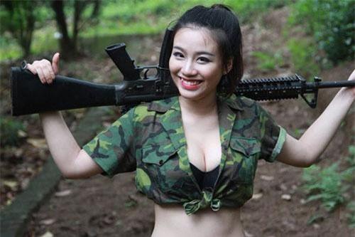 Linh Miu bị ngã giá nhảy thoát y tại nhà riêng giá 100 triệu và đáp trả gây sốc