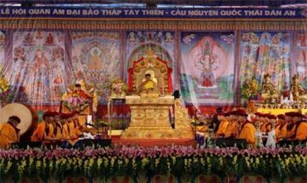 Đức Gyalwang Drukpa cầu an tại Đại Bảo Tháp Tây Thiên