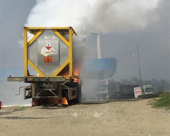 Cao tốc Nội Bài – Lào Cai: Xe chở hóa chất bốc cháy dữ dội