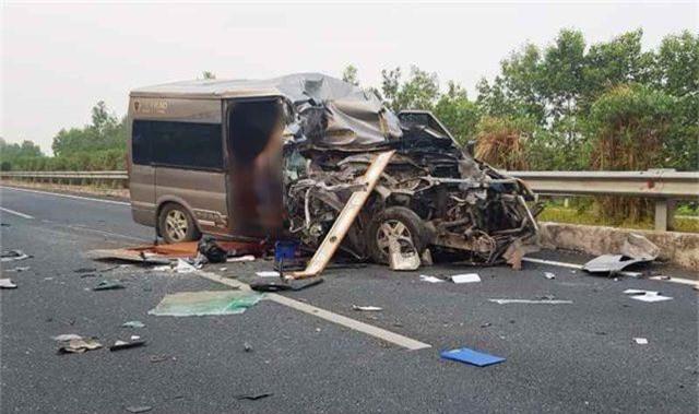 Xe Limousine va chạm xe container trên cao tốc Cầu Giẽ - Ninh Bình, 2 người tử vong - 1