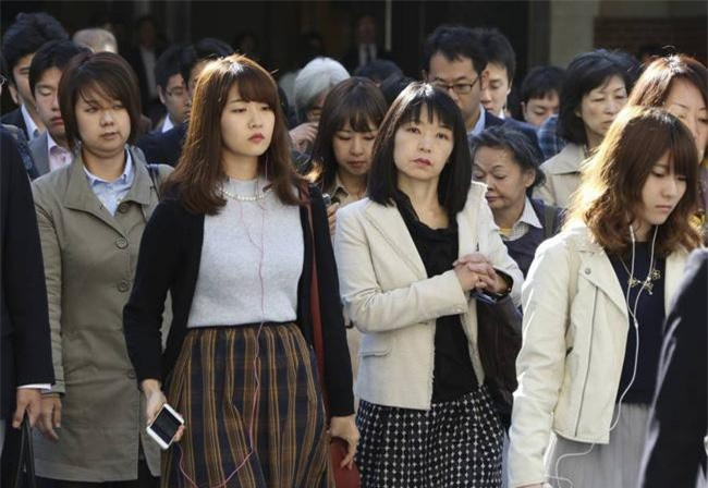 Nội các Nhật Bản đã thông qua một loạt dự luật sửa đổi, trong đó cấm mọi hình thức quấy rối ở nơi làm việc. (Ảnh minh họa: AP)