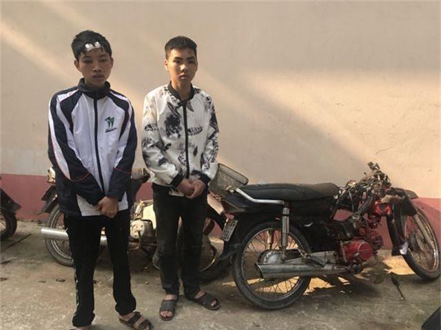 Dương và Hữu cạnh chiếc xe mô tô gây tai nạn.jpeg