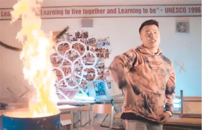 Chủ tịch UBND TP Hà Nội yêu cầu làm rõ thông tin nhóm rapper đốt sách để quay MV. (Ảnh: Dân trí)
