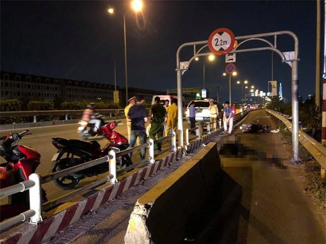 Tối 12/3, một người tử vong, một người bị thương nặng vì đâm vào khối bê tông đặt giữa làn xe máy- sáng kiến của