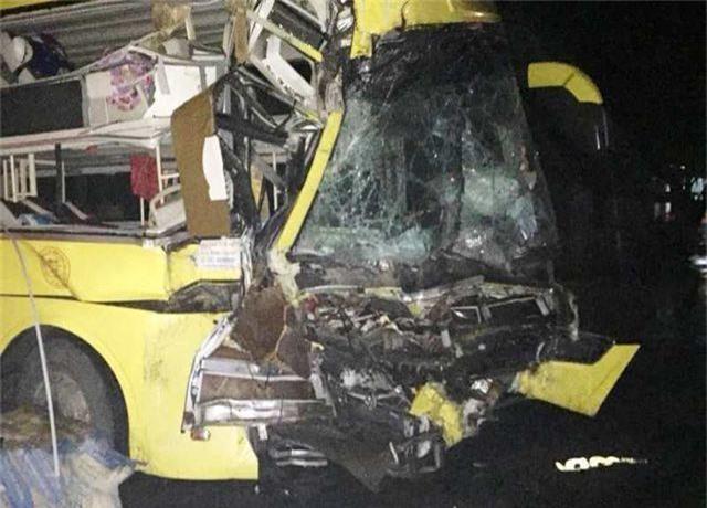 Xe khách tông xe đầu kéo, 1 người chết, nhiều người bị thương - 3