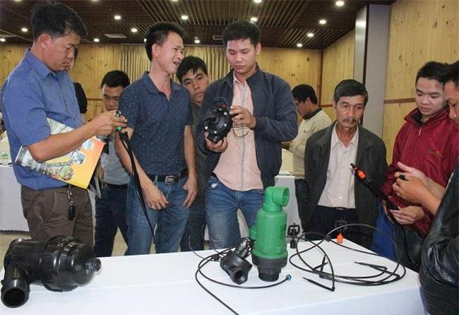 Người dân và doanh nghiệp sản xuất nông nghiệp Lâm Đồng mục sở thị các sản phẩm mới (Ảnh: VH)
