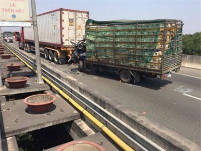 TP.HCM: Xe tải đâm xe container trên cao tốc, 2 người tử vong