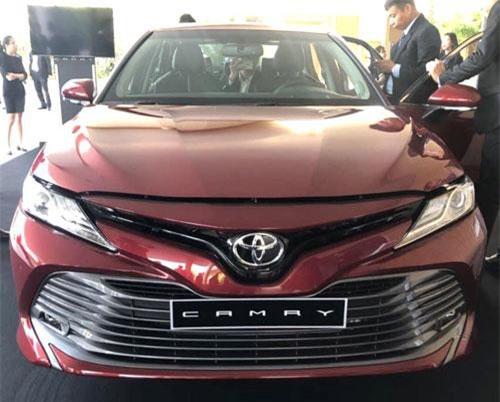 1,6 tỷ đồng, chọn Toyota Camry 2019 nhập khẩu hay Mercedes C200 2019 lắp ráp trong nước?