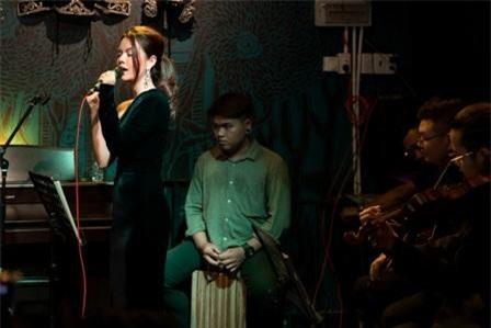 """Ngoài cover các bản hit cũ, Phạm Quỳnh Anh còn mang tới điều đặc biệt cho khán giả khi thể hiện lại ca khúc """"Mơ một hạnh phúc"""" của nữ ca sĩ Hiền Thục."""