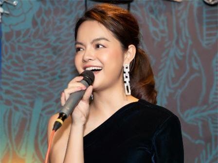 Xuất hiện sau chuyến lưu diễn dài ngày ở Mỹ, ca sỹ Phạm Quỳnh Anh vẫn vô cùng rạng rỡ trong chiếc váy xanh bó sát khoe vai trần.