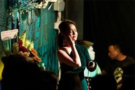"""Trong không gian nhỏ, ấm cúng, nữ ca sĩ đã đưa toàn bộ khán giả, khách mời có mặt tại đây đi qua từng cung bậc cảm xúc khác nhau, có cả niềm vui, sự hạnh phúc và cả nỗi buồn """"thấu tim"""" qua từng ca khúc."""