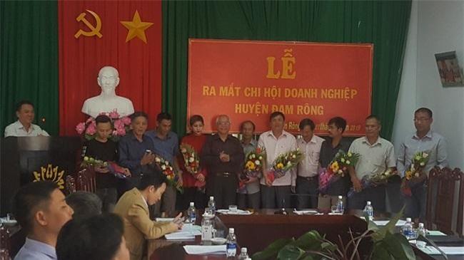 Lãnh đạo Hiệp hội Doanh nghiệp tỉnh Lâm Đồng và UBND huyện Đam Rông tặng hoa chúc mừng các doanh nhân được bầu vào Ban chấp hành Chi hội (Ảnh: VH)