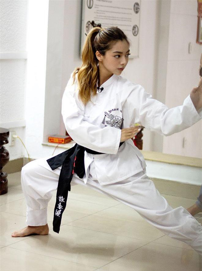 Con gái xinh đẹp của trưởng môn Vịnh Xuân bất ngờ khoe võ công điêu luyện