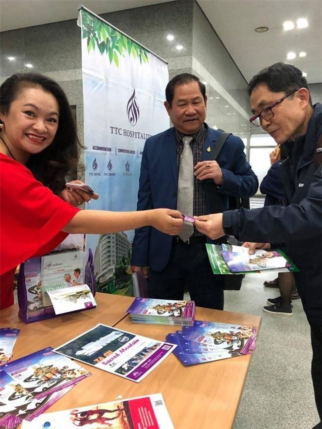 Đại diện TTC Hospitality giới thiệu các sản phẩm du lịch của mình tại Lâm Đồng với nhà đầu tư Hàn Quốc (Ảnh: TTC)