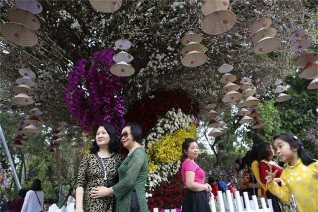 Ngắm hàng vạn cành hoa anh đào khoe sắc bên hồ Gươm - 9