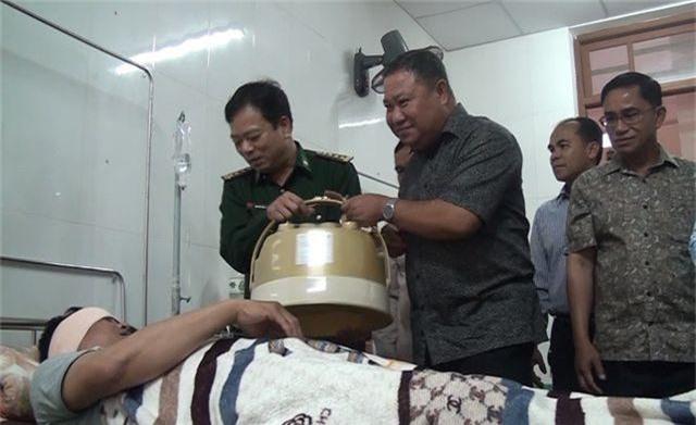 Giám đốc An ninh Lào thăm chiến sĩ biên phòng Việt Nam bị thương trong chuyên án bắt ma túy - 1