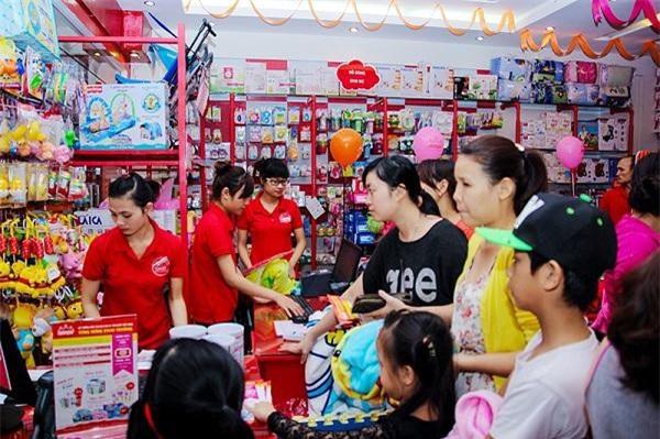 Các cửa hàng kinh doanh hàng hóa cho mẹ và bé ngày càng thu hút lượng khách hàng đông đảo (Ảnh: VĐ)