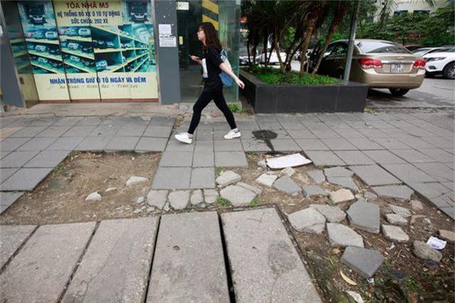 Vỉa hè lát đá trăm tỷ tại Hà Nội bong tróc hàng loạt sau 2 năm - 6