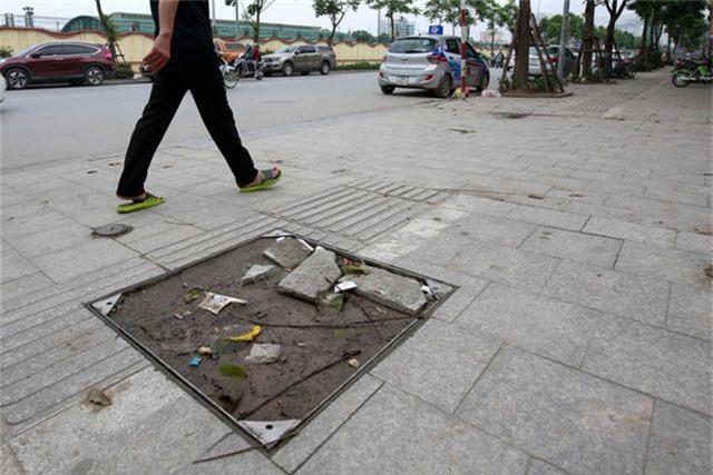 Vỉa hè lát đá trăm tỷ tại Hà Nội bong tróc hàng loạt sau 2 năm - 9