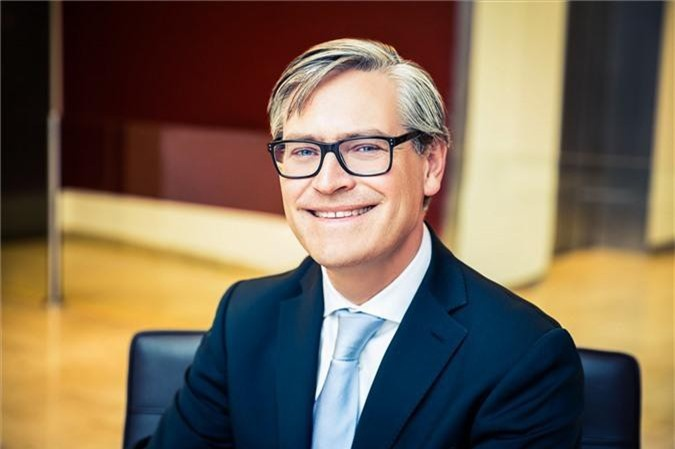 Alexander Otto hiện là cổ đông lớn và là CEO của ECE, một tập đoàn bất động sản chuyên về phát triển các trung tâm thương mại và đồng thời sở hữu cổ phần tại Otto Group. Hiện Alexander Otto đứng thứ 132 trong top những người giàu nhất hành tinh.
