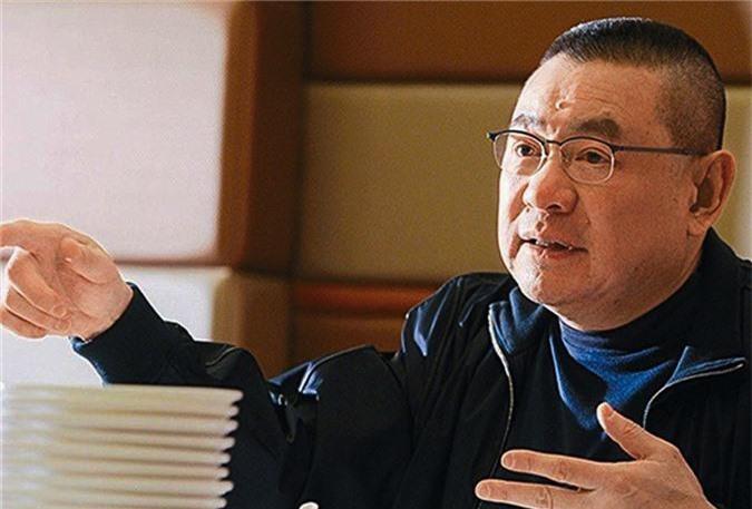 Ông Joseph Lau hiện sở hữu 75% cổ phần doanh nghiệp bất động sản Chinese Estates Holdings ở Hong Kong. Ông Lau đã thông báo chuyển giao phần lớn tài sản của mình cho người vợ mới và con trai năm 2017 vì vấn đề sức khỏe. Hiện ông Joseph Lau đang đứng thứ 65 trong top những người giàu nhất hành tinh.