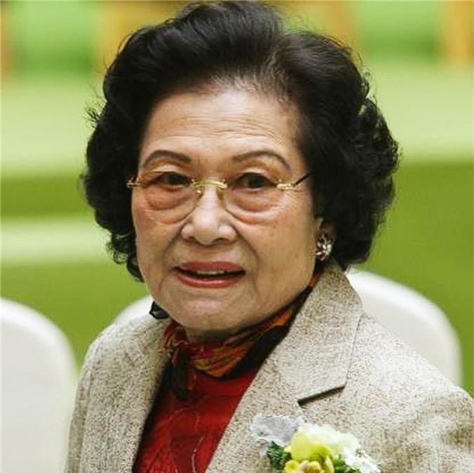 Bà Kwong Siu-hing là vợ của đồng sáng lập quá cố tập đoàn bất động sản Sun Hung Kai tại Hong Kong, ông Kwok Tak-seng. Nữ tỉ phú hiện sở hữu gần 26,6% cổ phần Sun Hung Kai và đứng thứ 78 trong top những người giàu nhất hành tinh.