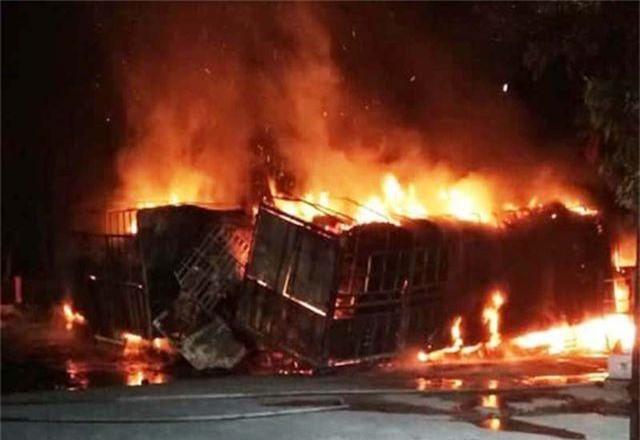 Hai ô tô bốc cháy dữ dội, 2 người bị thiêu cháy, quốc lộ tắc kinh hoàng - 3